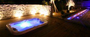Triad éclairé de nuit sur très belle terrasse avec pierres apparentes